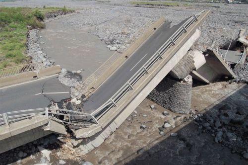 Pont de la rivière Saint-Étienne après le passage de Gamède (2007)