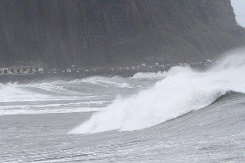 Coincés entre la falaise et l'eau… (Coll. j-m. Hoarau)