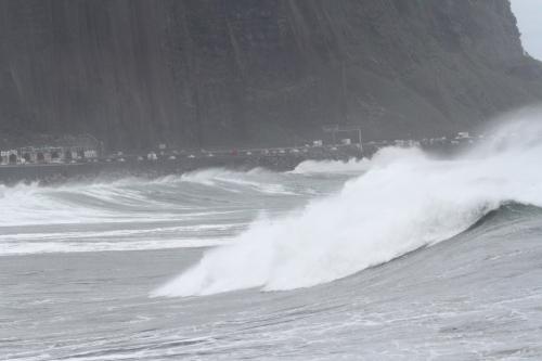 La mer à l'assaut de la route (Cyclone Felleng).