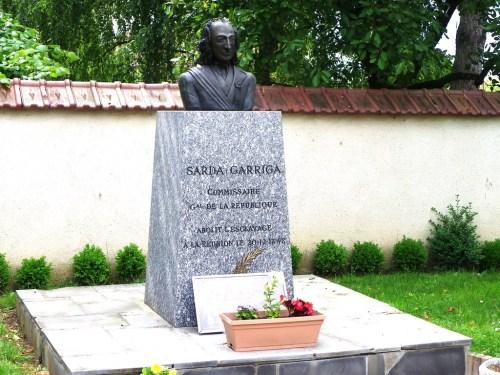 stèle commémorative dans la cour de la mairie