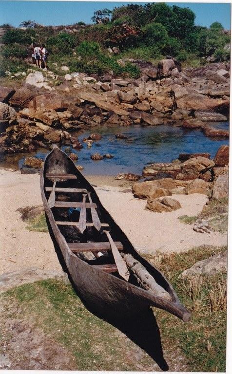 Est-ce sur ce genre de pirogue que les esclaves malgaches de Bourbon ont tenté de regagner la Grande île ? (Photo : David-Fontaine)