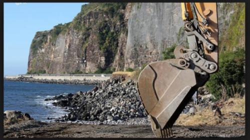 """""""Tant que le chantier n'a pas commencé – les travaux en cours NE SONT PAS ceux de la route en mer – il est de la responsabilité de l'Etat de réorienter le projet vers une solution terrestre sécurisée."""" Photo IPR"""