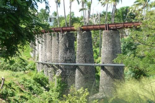 Vue rapprochée des piliers de l'aqueduc