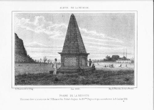 Le monument des Anglais et au fond et à droite, la poudrière et le fortin.