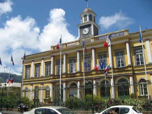 l'Hôtel de ville peint en ocre