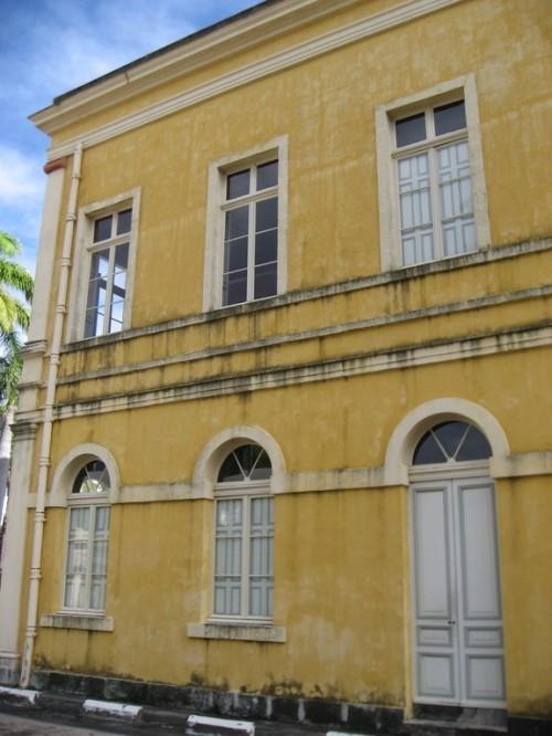 photo vue de côté des coulures noirâtres sur le bâtiment