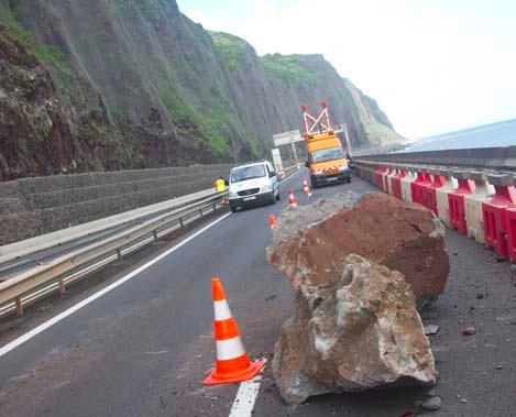 photo d'un éboulis récent sur la route du littoral (cliché Région Réunion.com)