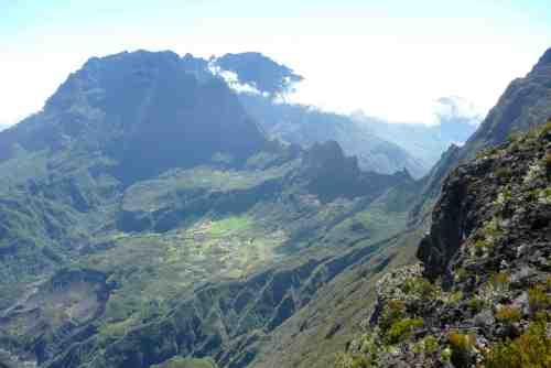 village de Marla, col du Taïbit et massif du Piton des Neiges à l'arrière-plan. Photo prise en montant vers le Grand Bénare (Coll. Marc DAVID).