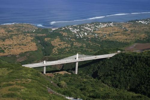 Pont-voilier de la Ravine des Trois-Bassins sur la Route des Tamarins (Coll. D. Vabois)