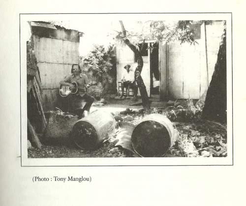 Henri Madoré dans sa cour, 7 rue Malartic.