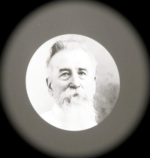 Le médaillon du Père Raimbault, Photo de l'exposition, coll P. Moignoux