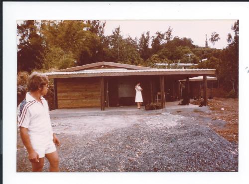 Philippe Defaud devant sa maison Bourbon Bois ( Tomi) en construction (1978)