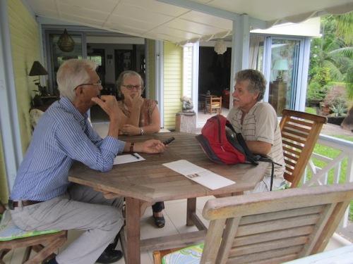 """De droite à gauche P. Defaud, sa femme Nicole et R. Gauvin lors de l'interview sous l'avancée de la maison Bourbon Bois « relookée""""."""