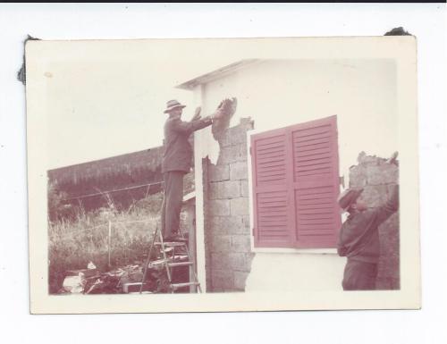 Le père Defaud sur l'escabeau et son fils Philippe au pied du mur (1962)