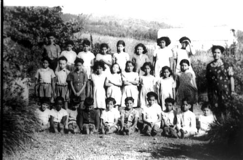 Classe des Hauts de Saint-Denis vers 1950 (Remarquez les coiffures, les vêtements, les pieds chaussés ou non…)