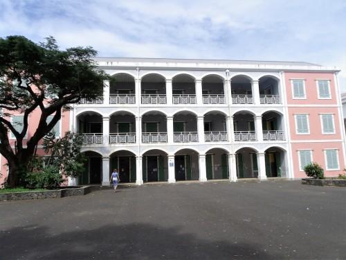 Bâtiment central du Lycée Leconte de Lisle, seul lycée des garçons dans les années 50. (Photo : J-Cl. Legros).