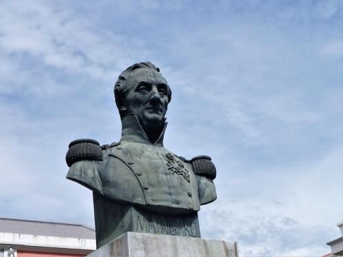 Aujourd'hui encore, le colonel Maingard, fondateur du lycée, monte la garde. (Photo : J-Cl.L)